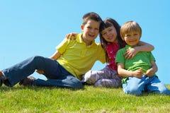 Kinder in einer Wiese Stockbilder