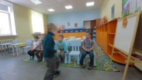 Kinder empfangen Wissen und beantworten Fragen des Lehrers stock video