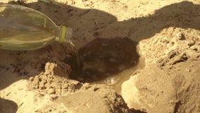 Kinder errichten vom Sand und vom Wasser stock video