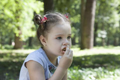 Kinder essen draußen Stockfoto