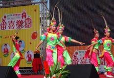 Kinder führen einen traditioneller Chinese-Tanz durch Stockbild