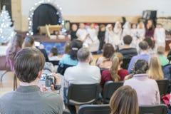 Kinder führen am Konzert in der Grundschule durch Die Theaterkreativität der Kinder, Amateurleistung im Kindergarten auf Frauen lizenzfreie stockfotos