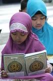 Kinder füllen die Schulferien, indem sie das Qur'an in einem der außerschulischen Bildung in der Stadt des Solos, zentraler Java  Stockfoto