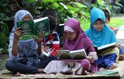 Kinder füllen die Schulferien, indem sie das Qur'an in einem der außerschulischen Bildung in der Stadt des Solos, zentraler Java  Stockfotografie