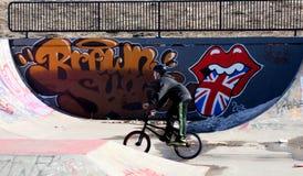 Kinder am Fahrradpark, der Bremsungen tut Stockfotografie
