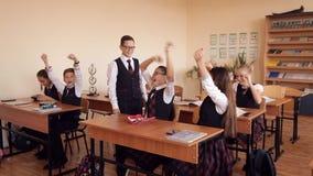Kinder feiern das Ende des Schuljahres stock footage