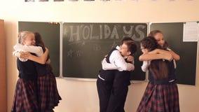 Kinder feiern das Ende des Schuljahres stock video footage