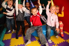 Kinder am Feiertag im Kindergarten lizenzfreie stockbilder
