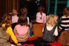 Kinder am Feiertag von der Rückseite Lizenzfreie Stockbilder