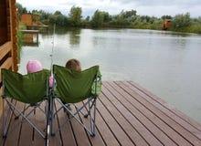 Kinder fischen Lizenzfreie Stockfotos