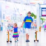 Kinder am Flughafen Lizenzfreie Stockfotografie