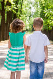 Kinder gehen auf die Allee im Park Stockbild