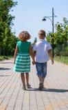 Kinder gehen auf die Allee im Park Lizenzfreies Stockbild
