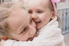 Kinder gehen hinunter die Straße und das Lächeln lizenzfreies stockfoto