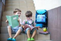 Kinder gehen zurück zur Schule Anfang des neuen Schuljahres nach summe Lizenzfreie Stockbilder