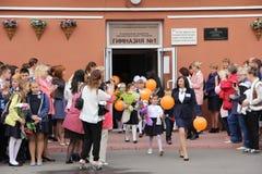 Kinder gehen zurück zur Schule - ein Feiertag im September, die erste Klasse Lizenzfreie Stockbilder