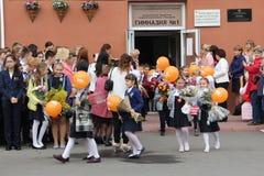 Kinder gehen zurück zur Schule - ein Feiertag im September, die erste Klasse Lizenzfreie Stockfotos