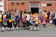 Kinder gehen zurück zur Schule - ein Feiertag im September, die erste Klasse Lizenzfreies Stockbild