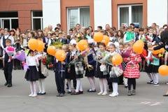 Kinder gehen zurück zur Schule - ein Feiertag im September, die erste Klasse Stockfotografie