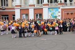 Kinder gehen zurück zur Schule - ein Feiertag im September, die erste Klasse Lizenzfreies Stockfoto