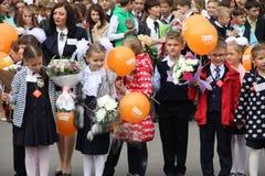 Kinder gehen zurück zur Schule - ein Feiertag im September, die erste Klasse Stockfoto