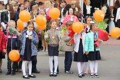 Kinder gehen zurück zur Schule - ein Feiertag im September, die erste Klasse Stockbild