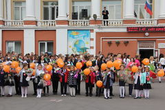 Kinder gehen zurück zur Schule - ein Feiertag im September, die erste Klasse Stockfotos