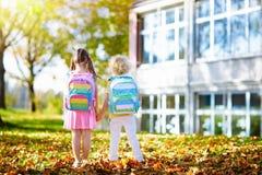 Kinder gehen zurück zur Schule Kind am Kindergarten lizenzfreies stockbild