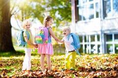 Kinder gehen zurück zur Schule Kind am Kindergarten stockfotografie