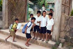 Kinder gehen zur Schule für eine Lektion Stockfotos