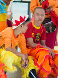 Kinder gekleidet in den bunten Kostümen Lizenzfreies Stockfoto