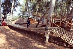 Kinder genießen Abenteuerspiele an Sanjay Lake-Erlebnispark, Neu-Delhi Lizenzfreie Stockfotos