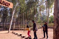 Kinder genießen Abenteuerspiele an Sanjay Lake-Erlebnispark, Neu-Delhi Stockbild