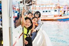 Kinder genießen den Ozean während des Fahrens auf Boot lizenzfreie stockfotos