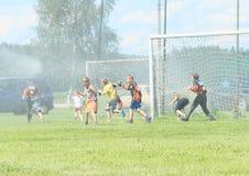Kinder gespritzt mit Wasser Lizenzfreie Stockfotos