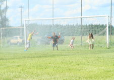 Kinder gespritzt mit Wasser Stockfotografie