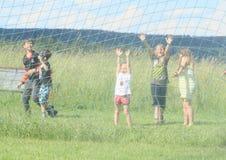 Kinder gespritzt mit Wasser Stockfoto