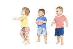 Kinder gruppieren das Spielen von Spielwaren Kleine Kinder lokalisierten weißen Hintergrund