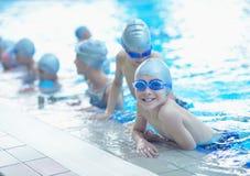 Kinder gruppieren am Swimmingpool lizenzfreies stockbild