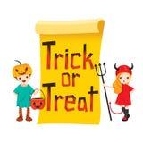 Kinder in Halloween-Kostüm mit Fahne Stockfotos
