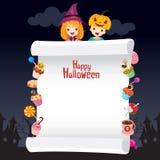 Kinder in Halloween-Kostüm mit Nachtisch auf Fahne Stockfoto