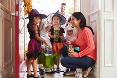 Kinder in Halloween kostümiert Trick oder die Behandlung stockfotografie
