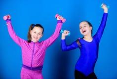 Kinder halten blauen Hintergrund der Dummk?pfe Sport f?r Teenager Einfache ?bungen mit Dummkopf Sportliche Erziehung Auf Weise zu stockfotos