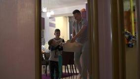 Kinder helfen dem Vati, die gewaschene Kleidung zu tragen Sie bereiten sich für die Ankunft meiner Mutter vor stock video footage