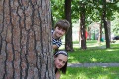 Kinder hinter einem Baum lizenzfreies stockbild