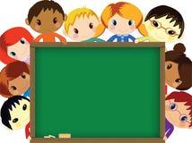 Kinder hinter Tafel Stockfoto