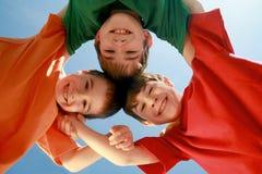 Kinder Huddling stockbilder
