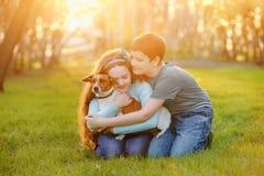 Kinder ihr Freund ein Hund im Freien lizenzfreies stockbild