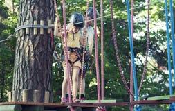 Kinder im Abenteuerpark Lizenzfreie Stockbilder