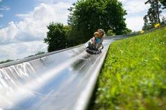 Kinder im alpinen Küstenmotorschiff Stockfotografie